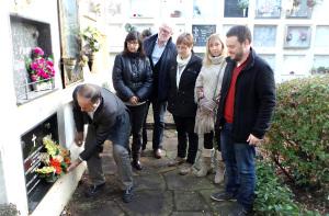 Regidors de l'Ajuntament de l'Ametlla del Vallès fent l'ofrena floral a la tomba d'Eugeni Xammar