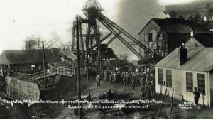Imatge històrica de l'explosió a la mina de Senghenydd, al País de Gales.
