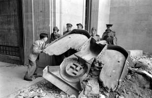 Soldats russos amb l'àguila de bronze nazi que hi havia sobre la porta principal de la cancelleria del Reich